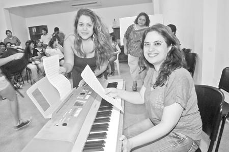 Cantantes y coristas profesionales de Venezuela llegaron a la Casa de la Cultura en Bolivia