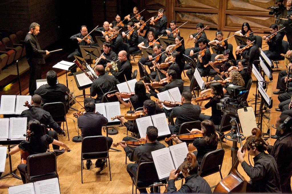 César Iván Lara conduciendo a la Sinfónica Juvenil Simón Bolívar de Venezuela