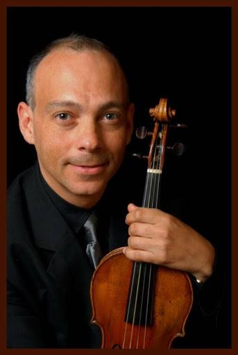 Formado en El Sistema, Paul Herrera se especializó en violín barroco en el Royal Conservatory de la Haya