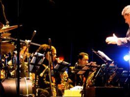 Andrés Briceño conduciendo la Simón Bolívar Big Band Jazz