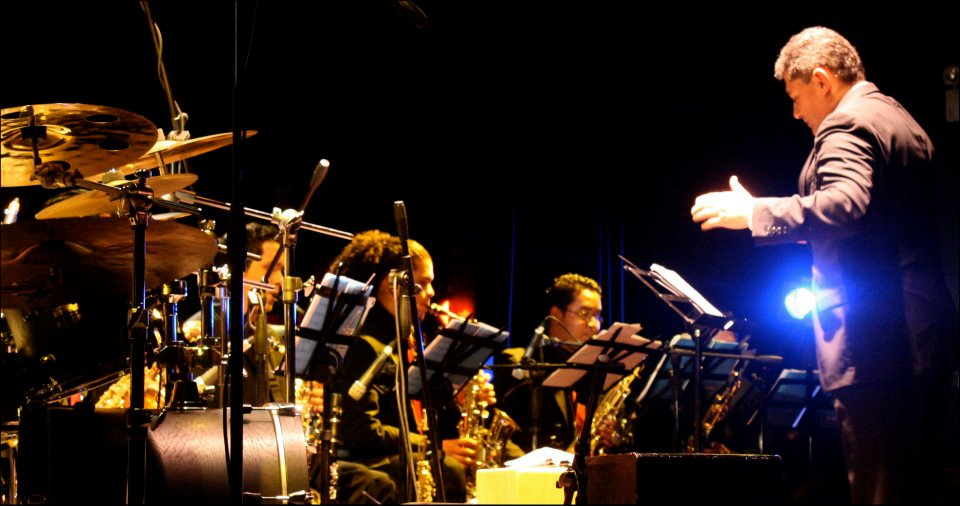 Andrés Briceño conduciendo la Simón Bolívar Big Band Jazz