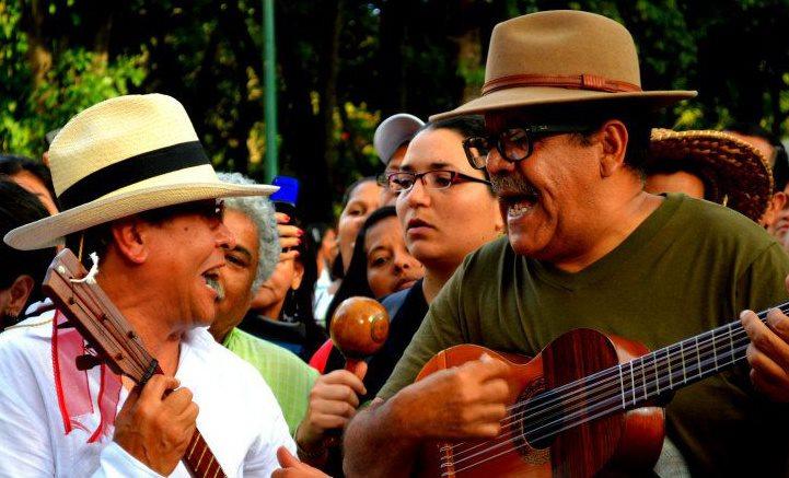 Ismael Querales suena su bandola criolla en Noches de Guataca