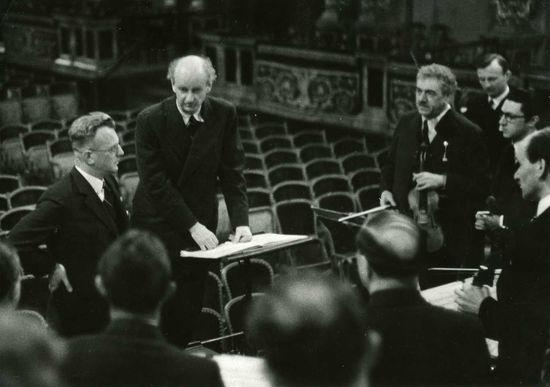 El gobernador de Austria Arthur Seyss (izquierda) y el director de orquesta alemán Wilhelm Furtwängler, con la Filarmónica de Viena en 1938. / afp