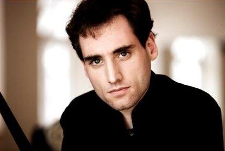Domingo García Hindoyán dirige a la Philharmonia Orchestra en Canterbury