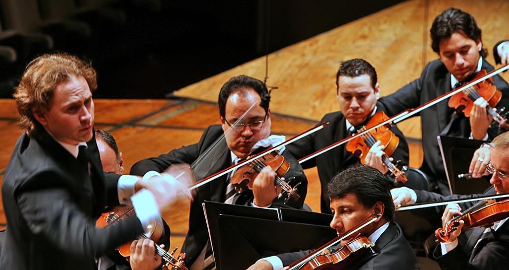 Christian Vásquez dirigiendo a la Orquesta Sinfónica Simón Bolívar de Venezuela