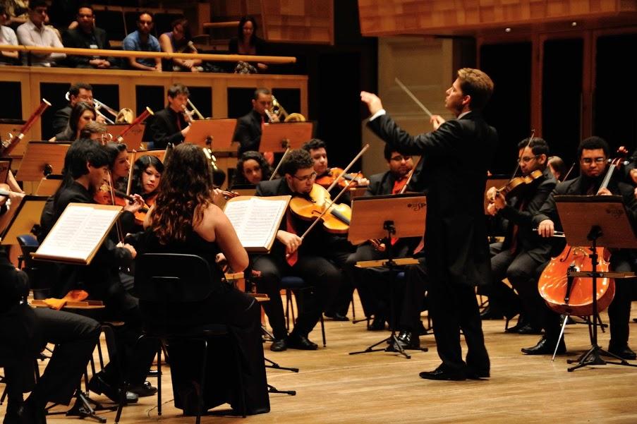 La Sinfónica de Heliópolis, bajo la dirección del maestro Julián Rachlin
