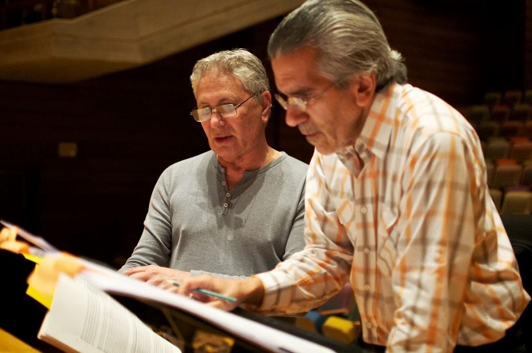 Durante el ensayo, el director Alfredo Rugeles y el maestro Corigliano afinan detalles para en el score para la ejecución de la obra Circus Máximo