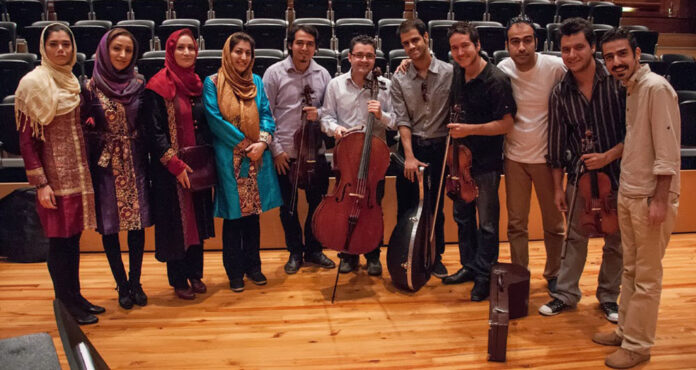 Músicos iraníes y miembros del Cuarteto Libertadores comparten durante el intercambio musical que se realizó en el Centro de Acción Social por la Música.