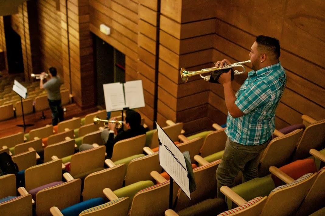 Músicos de la fila de los metales están ubicados en diferentes espacios de la Sala Simón Bolívar Fotografía © Prensa FundaMusical Bolívar