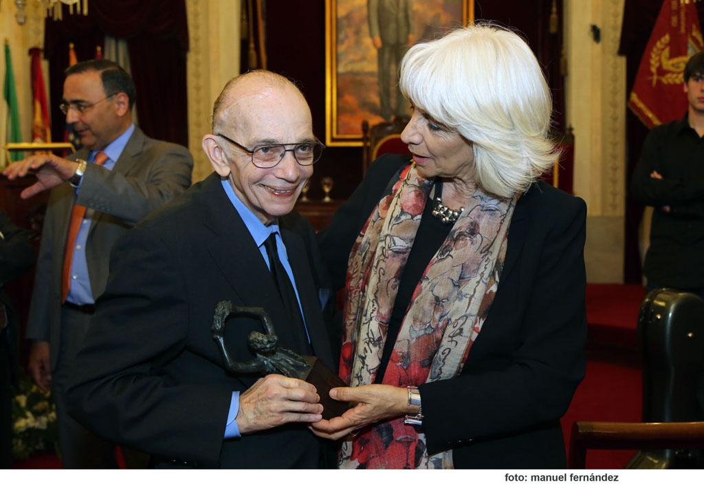 Con satisfaccion la alcadesa de Cadiz posa con el maestro Abreu finalizada la ceremonia de entrega del Cortes de Cadiz