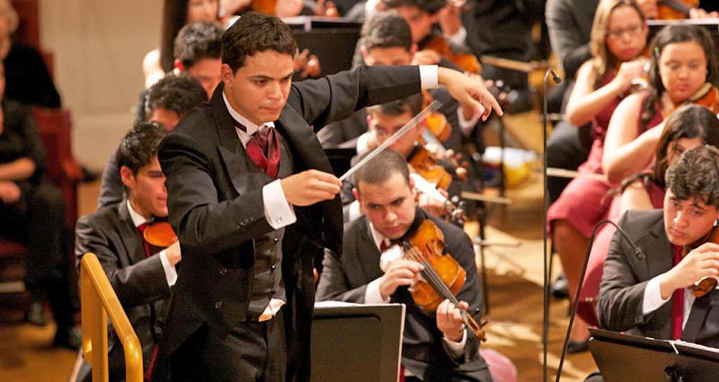 Andrés Rivas junto a la Sinfónica Juvenil de Carabobo