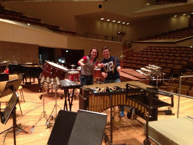 Vásquez y Grubinger comparten antes del concierto final de este martes en la sede de la Filarmónica de Berlín.