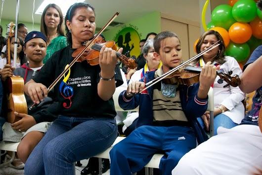 En una presentación oficial del Programa Hospitalario en el Hospital J M de Los Ríos maestros, personal médico y participantes cantaron y tocaron juntos.