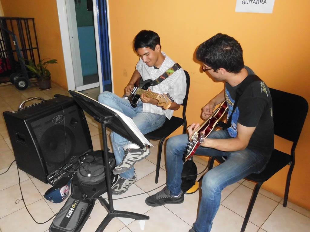 Christian Viatour de la SBBBJ reforzando en la guitarra