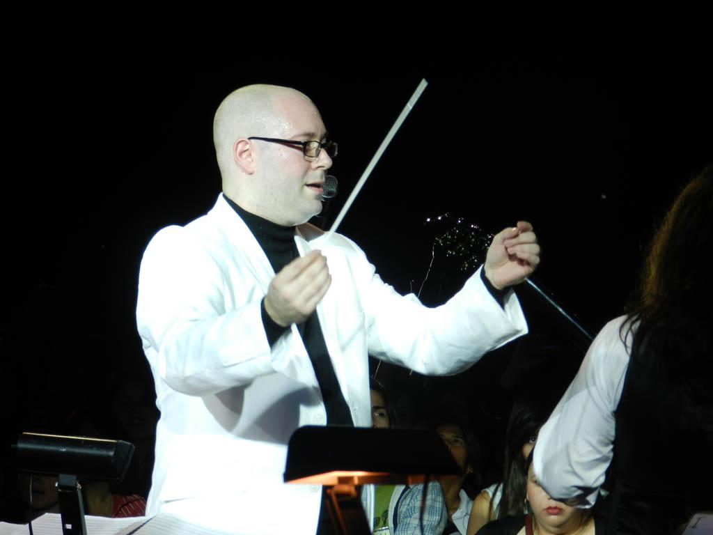 Daniel Hurtado conduciendo a la Orquesta de Rock Sinfónico Simón Bolívar