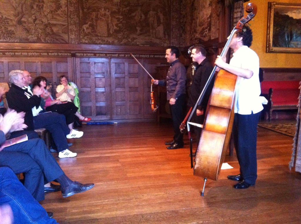 El violinista margariteño junto a su trío acústico integrado por Héctor Molina y José Puentes