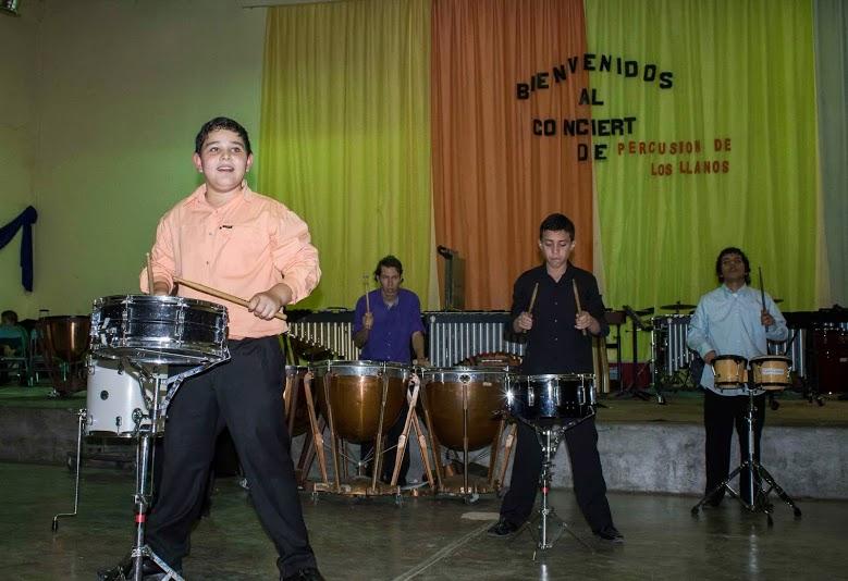 El versátil Ensamble de Percusion de los Llanos tocando Ensamblados, de Matías Azpúrua.