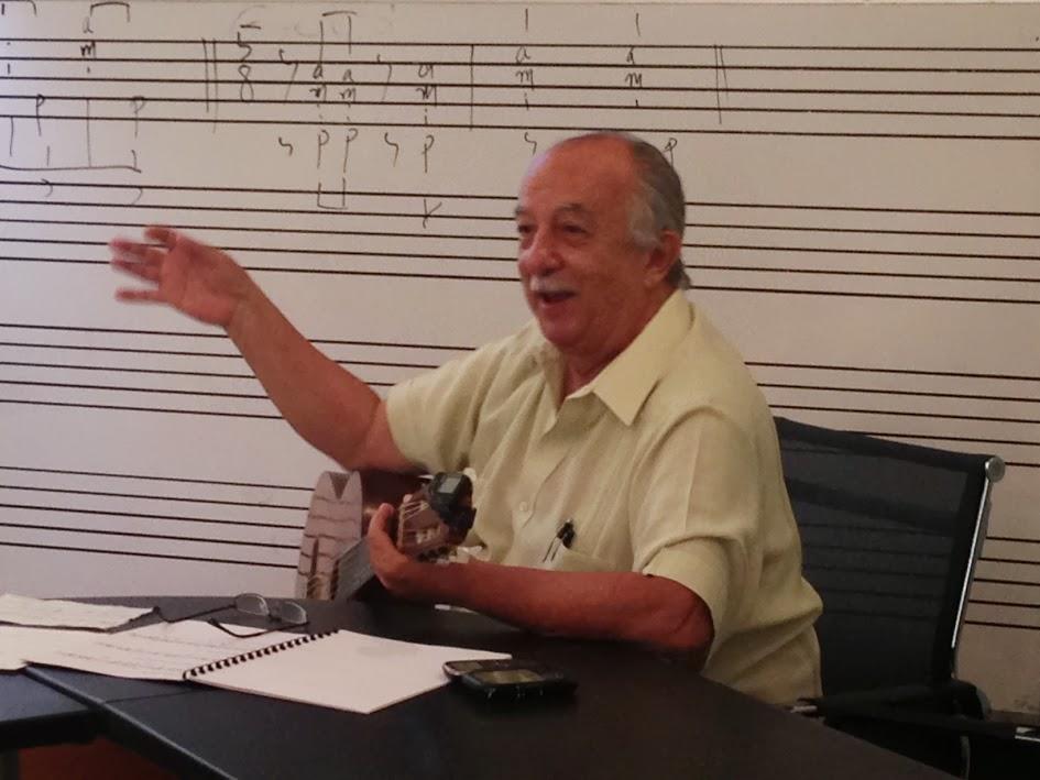 El maestro Manuel Delgado Estévez durante conferencia sobre la guitarra criolla como acompañante