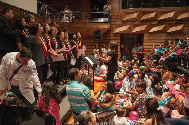 El maestro Valdemar Rodríguez, director de la Academia Latinoamericana de Clarinete, tocó para los pequeños.