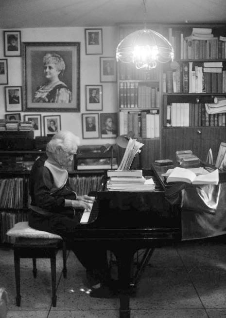1.- El maestro Carreño en la intimidad de su hogar, frente a su piano. Esplendida foto llena de luz y sombras, de Manuel Pifano (foto de presentación).