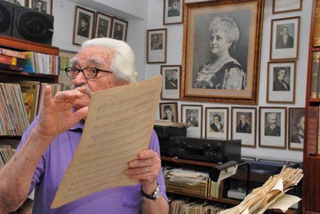 2.- Inocente Carreño en su estudio, rodeado de los músicos clásicos y al centro una foto de Teresa Carreño, quien lo mira fijamente, como diciendo ¡Que pariente tan talentoso tengo!