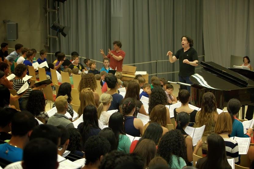 Ensayo con coros participantes en el primer concierto de la residencia de El Sistema