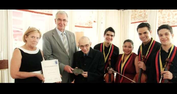 José Antonio Abreu premiado por Berlín en Austria El Maestro expresó su agradecimiento por la distinción que también recibiera el director alemán Sir Simon Rattle en 2009. Indicó que próximamente se consolidarán los cimientos para un intercambio sostenido entre Austria, Alemania y Venezuela