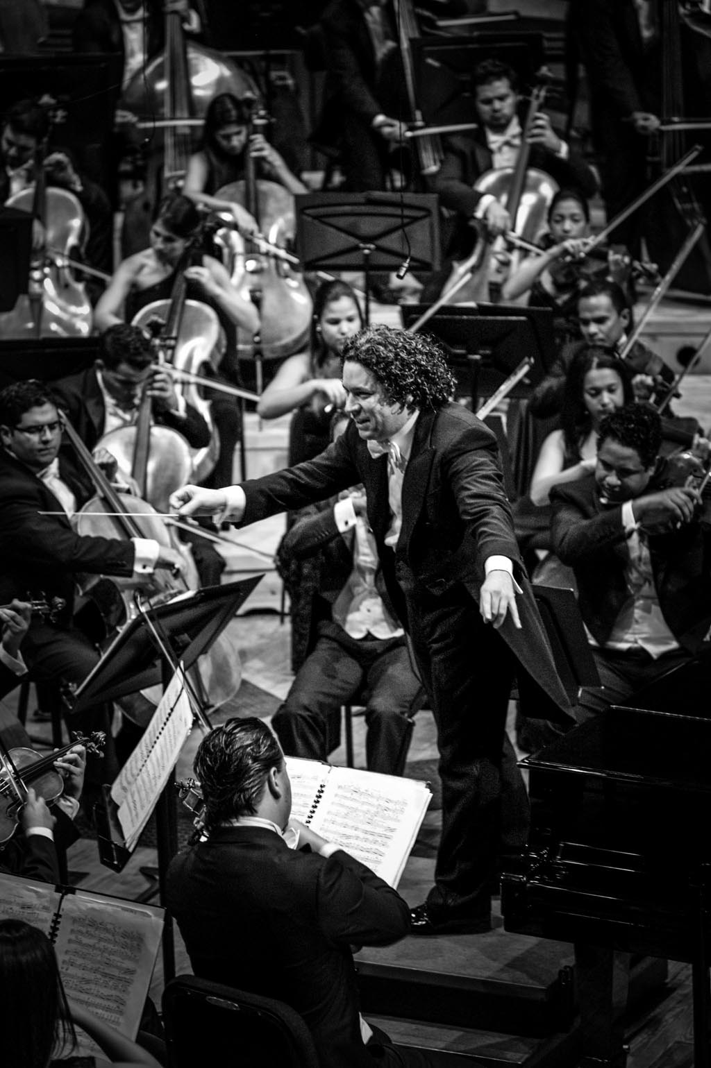 "Gustavo Dudamel conducts the ""Orquesta Sinfónica Simón Bolivar de Venezuela"" . © Meridith Kohut / Leica Camera AG 2013"