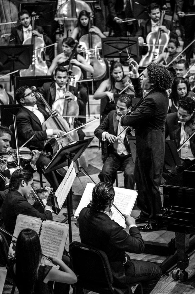 "Gustavo Dudamel conducts the ""Orquesta Sinfónica Simón Bolivar de Venezuela"". © Meridith Kohut / Leica Camera AG 2013"