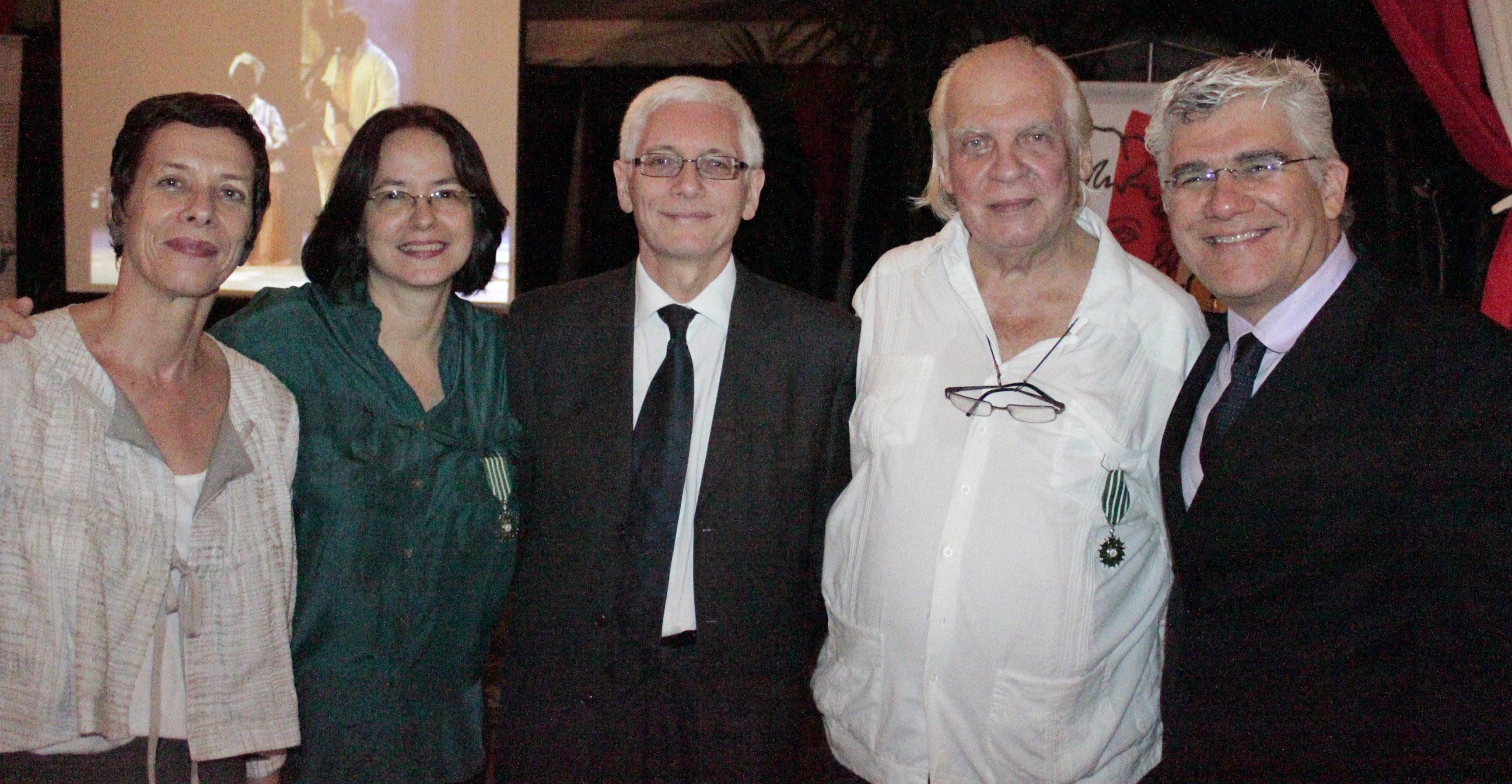 El embajador Jean-Marc Laforêt y su esposa Anne Louyot con los homenajeados y el director de El Diario de Caracas, Alfredo Sánchez.