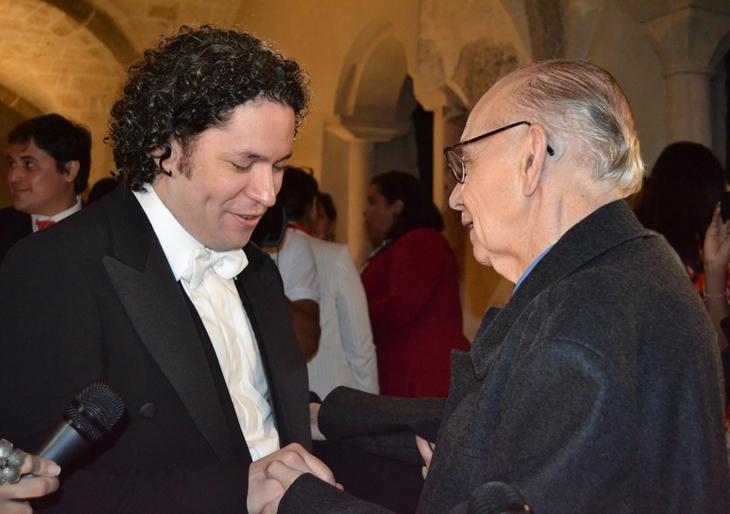 La imagen: el fraterno abrazo del maestro Abreu a Dudamel luego de un concierto en Salzburgo