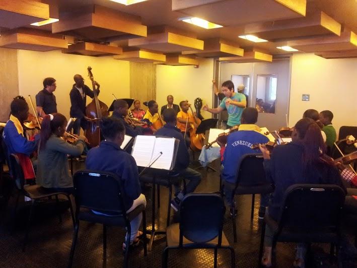 Integrantes de la Orquesta de Kaposoka ensayan en una de las salas del Centro de Acción Social por la Música, bajo la dirección del violinista del Cuarteto Libertadores, Ollantay Velásquez
