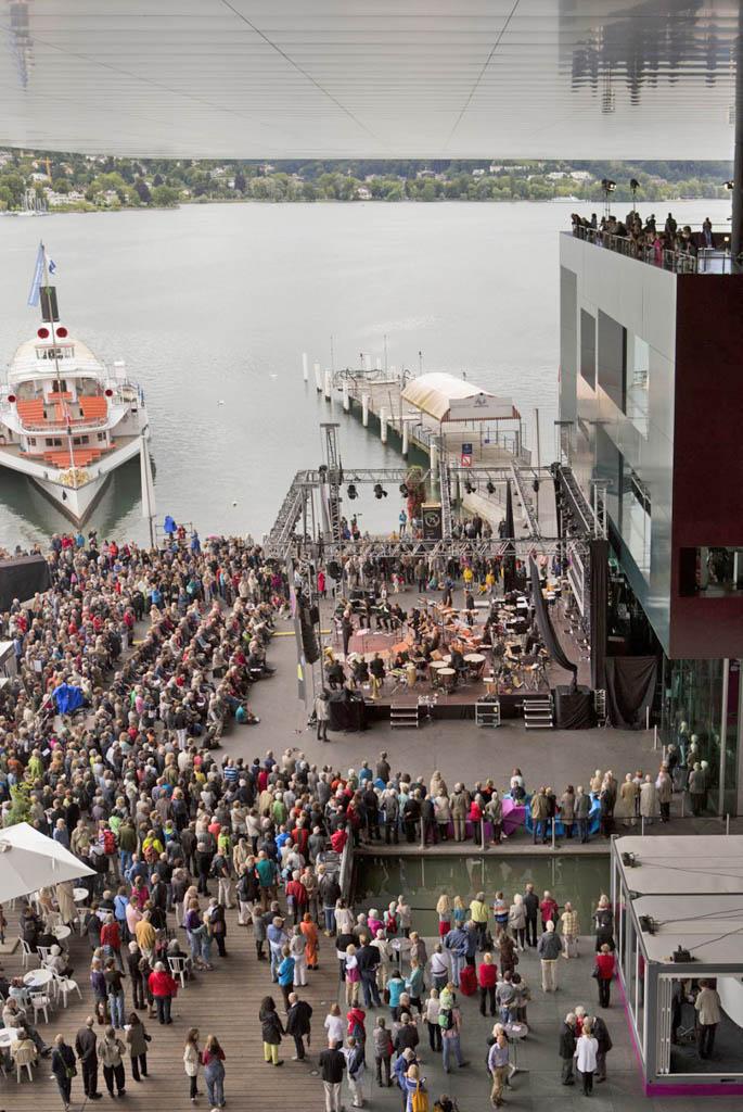 Ambiente de festival a las puertas del KKL de Lucerna, diseñado por Nouvel. / P. KETTERER