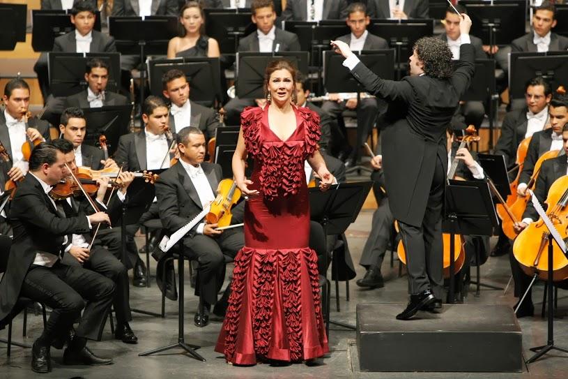 La composición, de casi 90 minutos, requiere de un coro de mujeres, uno de niños y una contralto, rol que en esta ocasión correspondió a la sueca Anna Larsson