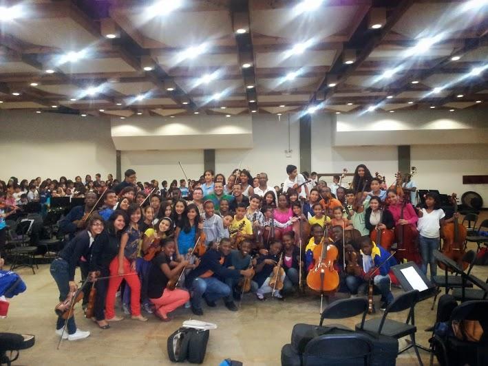 Jóvenes músicos y coristas del Núcleo Montalbán (Caracas) junto a los miembros de la Orquesta de Kaposoka al final de una práctica en conjunto