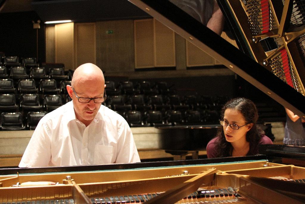 Peter Salisbury junto a la pianista Luisa Cabrelles