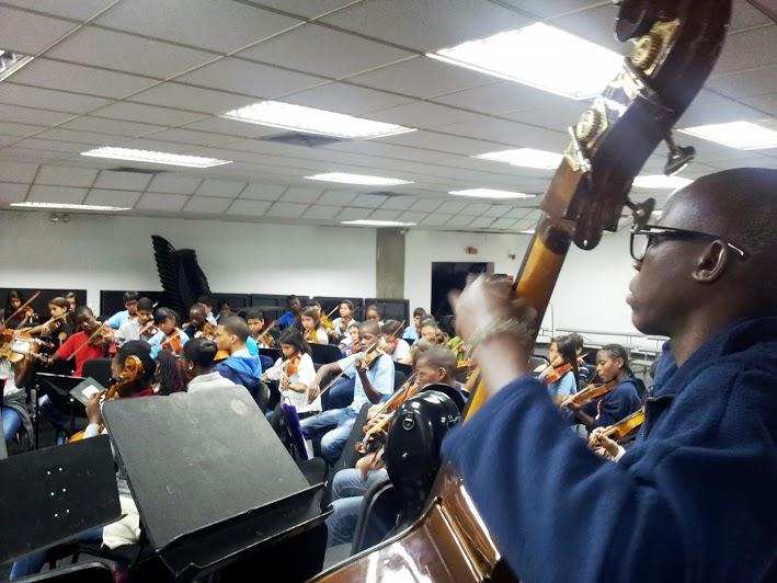 Músicos angoleños comparten atril con la orquesta infantil del núcleo orquestal y coral de San Agustín, en Caracas