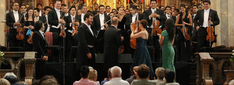 El público también se levantó para aplaudir a los solistas, los cuales, a su vez, aclamaron a los músicos venezolanos