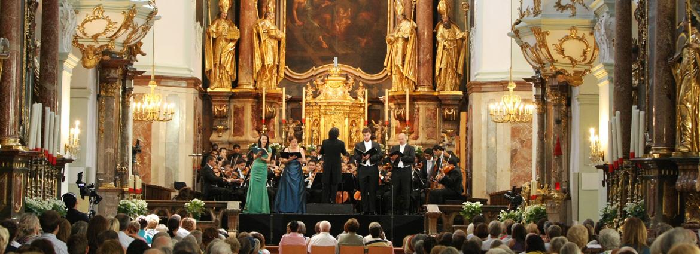 El jueves, 1 de agosto, la Gran Misa en Do Menor, de Wolfgang Amadeus Mozart resurgió en la interpretación de la Orquesta Sinfónica Simón Bolívar y la Coral Nacional Simón Bolívar de Venezuela en la Abadía de San Pedro, 230 años después de que fuese estrenada por el compositor austríaco en este mismo lugar