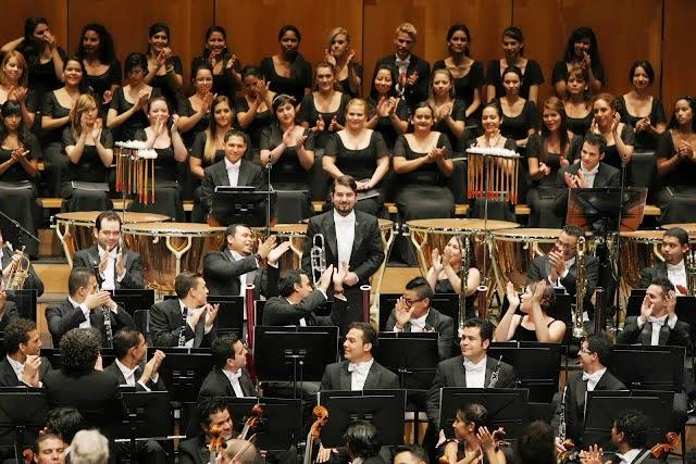 Atril por atril, los músicos se levantaron para saludar sus merecidos aplausos; Pedro Carrero lo hizo por su solo en el trombón