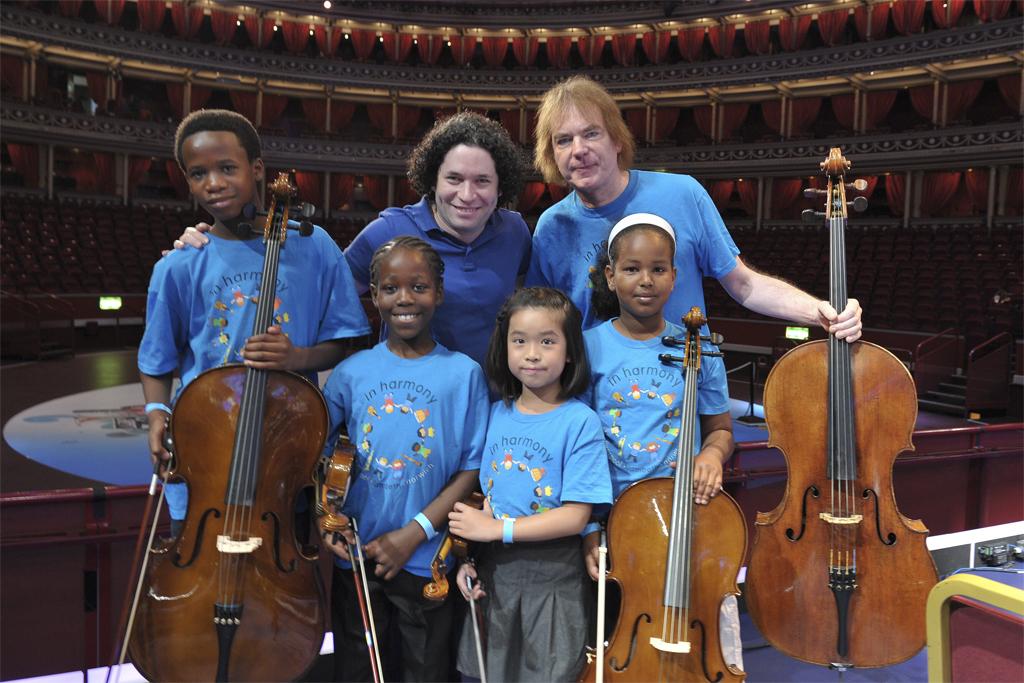 Julian Lloyd Webber junto a Gustado Dudamel y varios niños del proyecto «In Harmony»