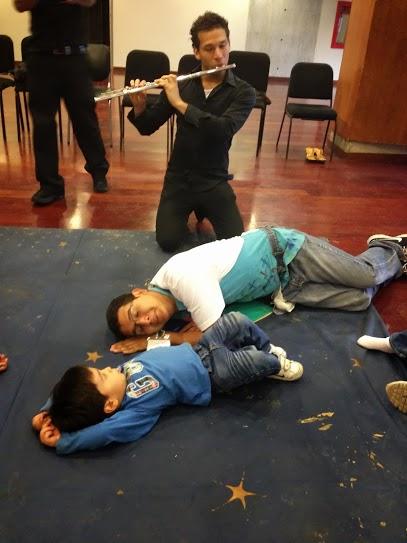 A través de la música y los cuentos, los niños juegan, cantan y sueñan