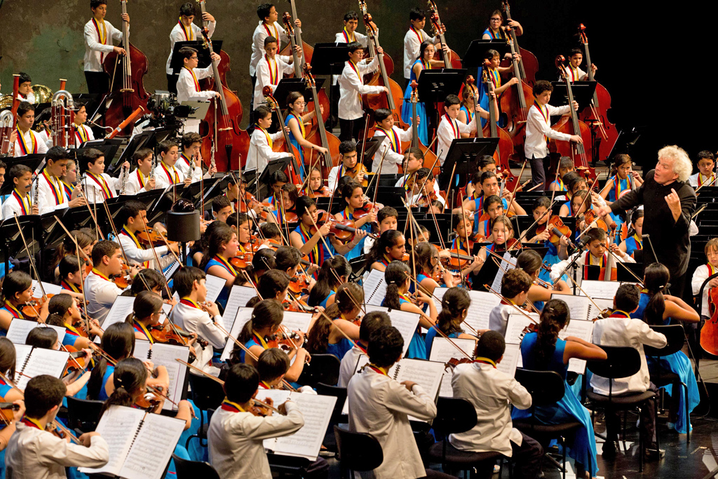 El Sistema • National Children's Symphony Orchestra of Venezuela: Simon Rattle, National Children's Symphony Orchestra of Venezuelal © Silvia Lelli