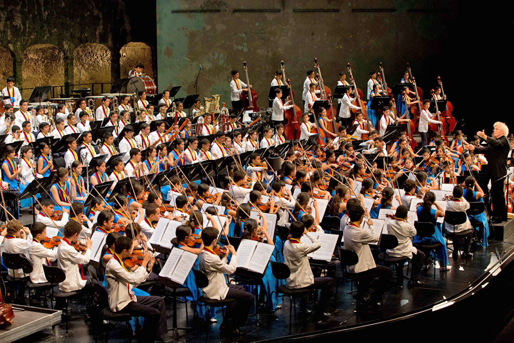 El Sistema • National Children's Symphony Orchestra of Venezuela: Simon Rattle, National Children's Symphony Orchestra of Venezuela © Silvia Lelli