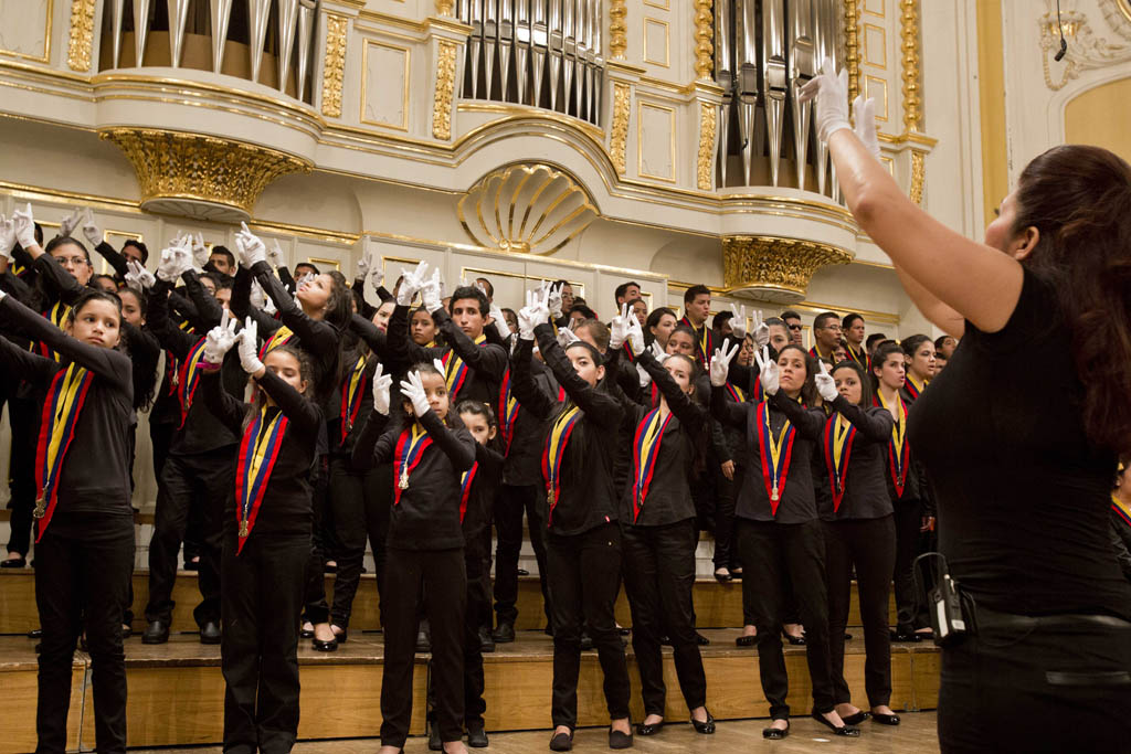 hires-Naybeth_Garcia_White_Hands_Choir__Coro_de_Manos_Blancas__c_Silvia_Lelli1