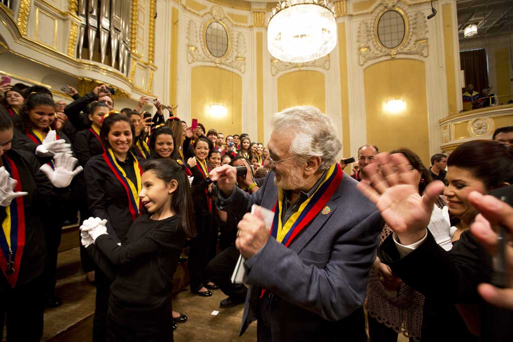 hires-PlacidoDomingo_White_Hands_Choir__Coro_de_Manos_Blancas__c_Silvia_Lelli
