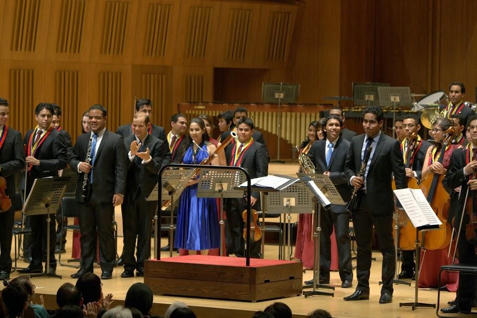 JHON FRANCOIS (OBOE), FABIOLO HOYO (FAGOT), CARLOS MARTÍNEZ (CORNO) Y KARIM SOMAZA (CLARIENETE) BRILLARON EN EL ESCENARIO Y FUERON INTENSAMENTE APLAUDIDOS LUEGO DE TOCAR LA SINFONÍA CONCERTANTE PARA VIENTOS DE MOZART