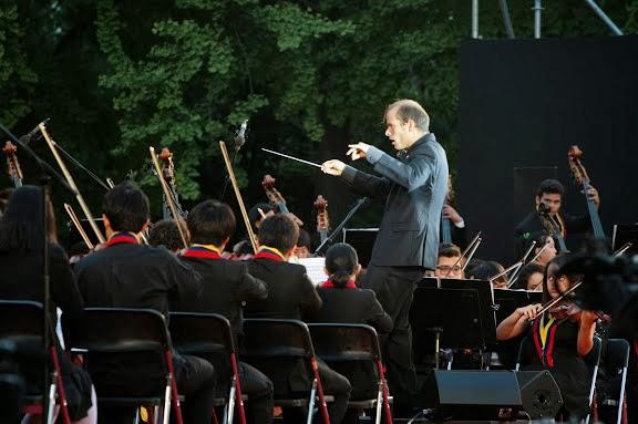 La presentación de la Orquesta Binacional Venezuela-Corea inició bajo la batuta del director musical de la Sinfónica Juvenil de Caracas, Dietrich Paredes, quien se subió al podio para dirigir las campanas y cañonazos de la Obertura 1812 de Tchaikovsky