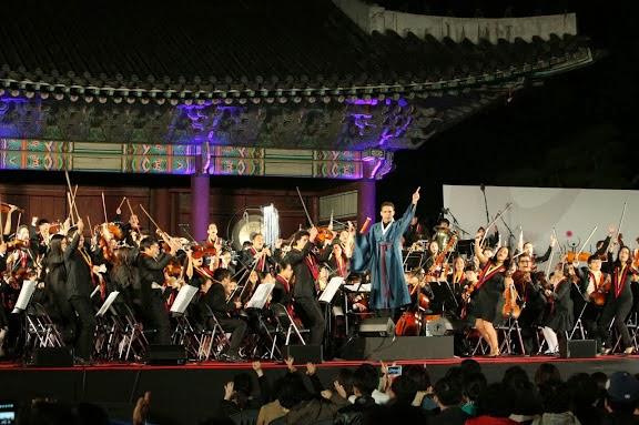 En traje típico coreano, Andrés Rivas alzó la batuta para conducir la Overture for Arirang, pieza popular coreana