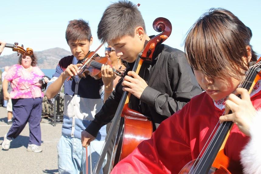 Al aire libre, compartiendo música groenlandesa con los transeúntes